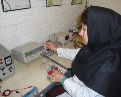 کنترل کیفیت نهایی فیوز برقگیر ترمینال MDF از نوع IDC